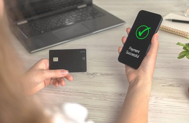 Vrouw met smartphone die online bestelling plaatst of koopt in internet-, bank- en overdrachtstechnologieconceptfoto