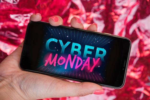 Vrouw met smartphone met cyber maandag inscriptie