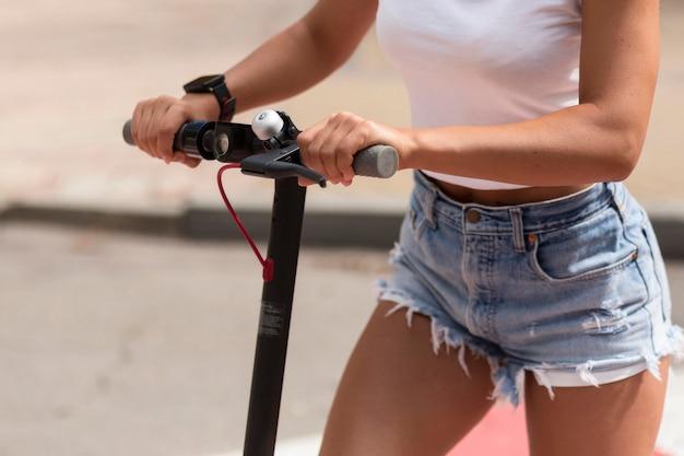 Vrouw met smartwatch berijdende autoped