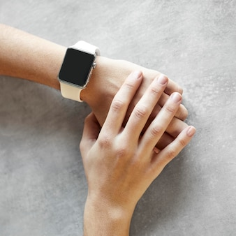 Vrouw met smartwatch close-up