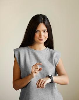 Vrouw met smartwatch