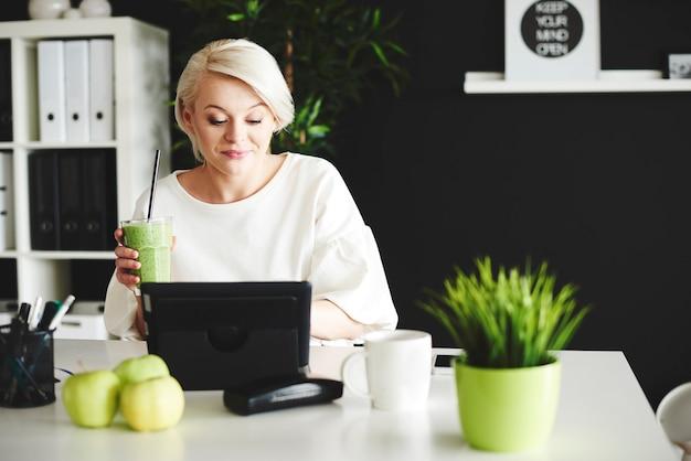 Vrouw met smoothie online chatten