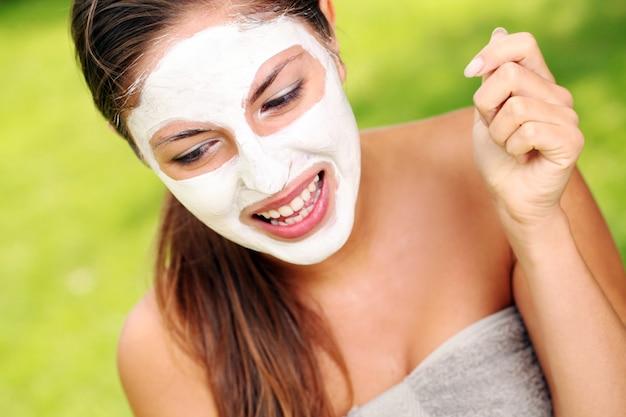 Vrouw met spa masker op haar gezicht