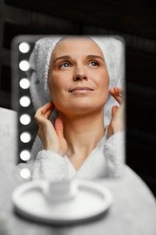 Vrouw met spiegel close-up