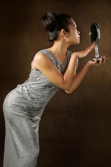 Vrouw met spiegel onder ogen