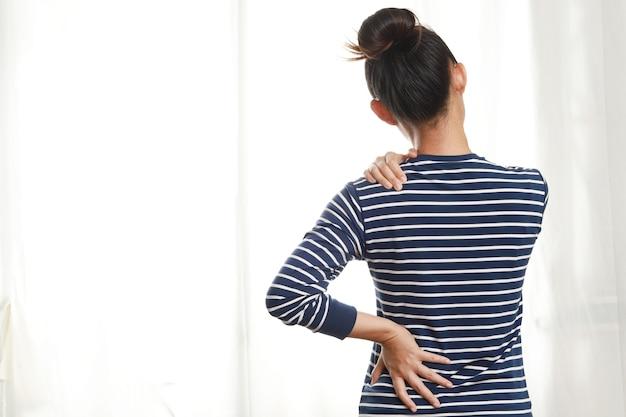 Vrouw met spierpijn door ontsteking, botten, werk, slaap