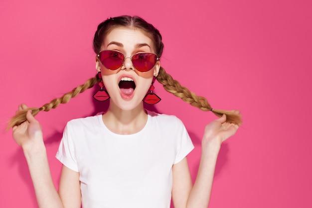 Vrouw met staartjes met zonnebril zomerkleding mode glamour