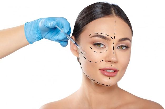 Vrouw met stippellijnen op gezicht, cosmetologie