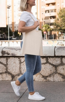 Vrouw met stoffen tas en wandelen