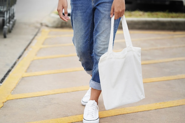 Vrouw met stoffenzak om bij warenhuis te winkelen