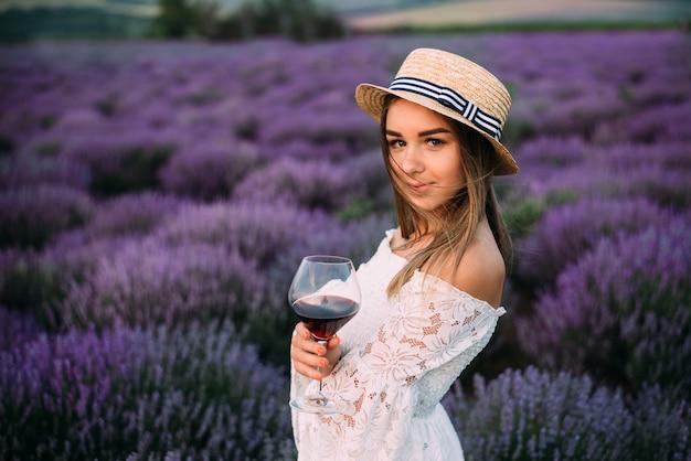 Vrouw met strohoed poseren in lavendelveld