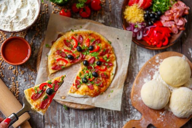 Vrouw met stuk pizza