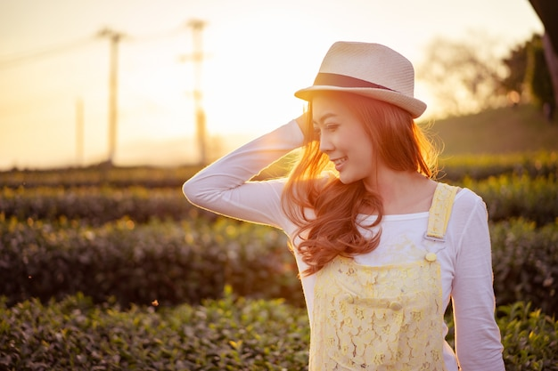 Vrouw met succes met het leven glimlachen. genot van het leven.
