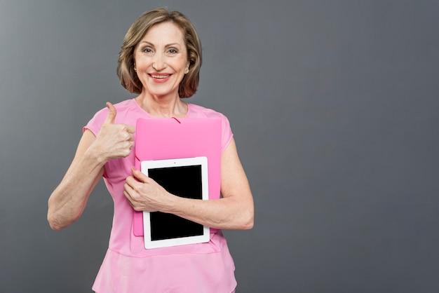 Vrouw met tablet die ok teken toont