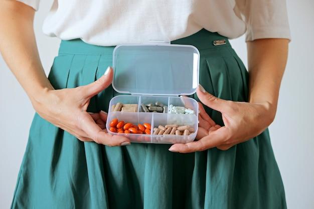 Vrouw met tablet doos op buik. vrouw gezondheidszorg en gynaecologie concept.