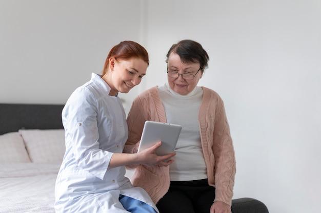 Vrouw met tablet medium schot