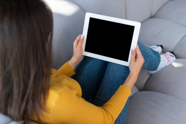 Vrouw met tablet mock-up