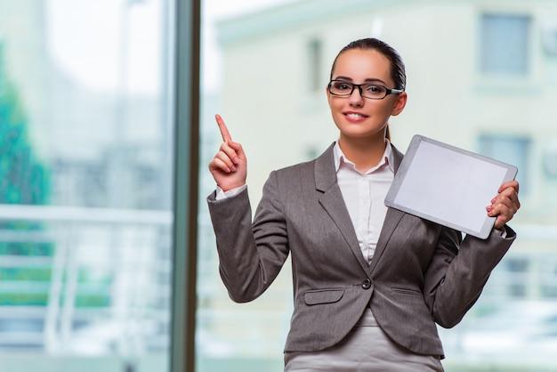 Vrouw met tabletcomputer in bedrijfsconcept