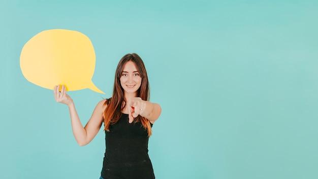 Vrouw met tekstballon wijzend op de camera