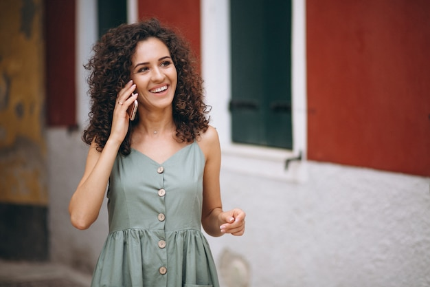 Vrouw met telefoon op vakantie in venetië