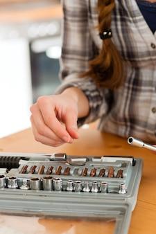 Vrouw met toolbox en schroevendraaier