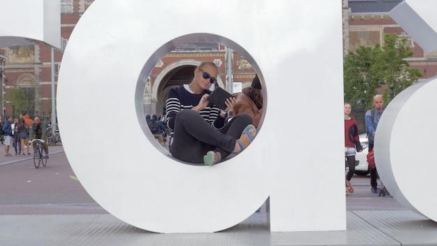 Vrouw met touchpad in de letter van i amsterdam