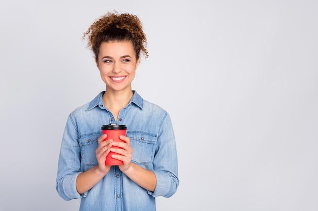 Vrouw met trendy kapsel koffie te houden