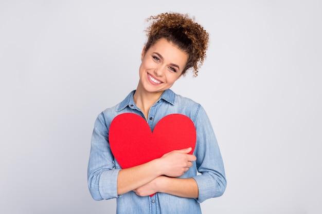 Vrouw met trendy kapsel met groot hart