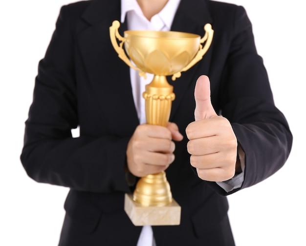 Vrouw met trofee cup op wit