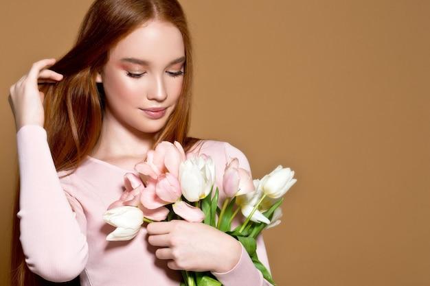 Vrouw met tulpenboeket en giftdoos. verjaardag. 8 maart. moederdag.