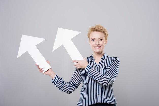 Vrouw met twee witte pijlen