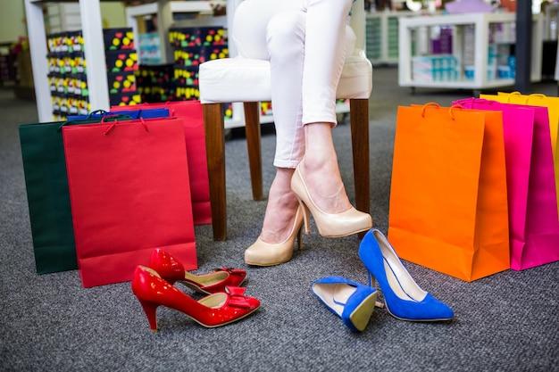 Vrouw met veel boodschappentassen