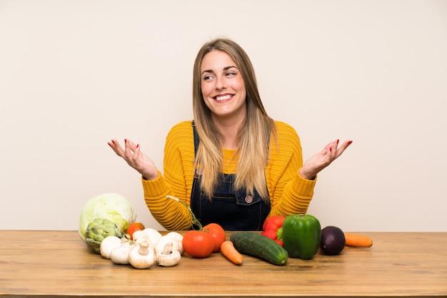 Vrouw met veel groenten lachen