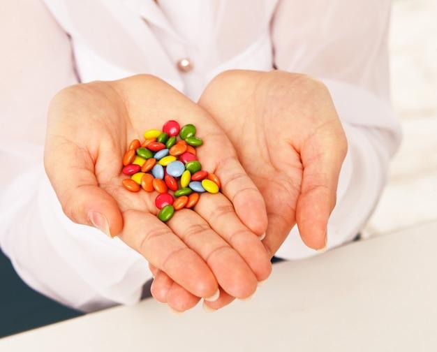Vrouw met veel snoep in haar handen