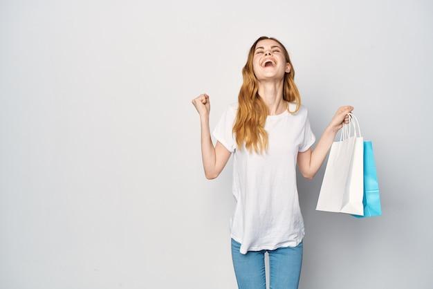 Vrouw met veelkleurige tassen die lifestyle-entertainment winkelen koopt
