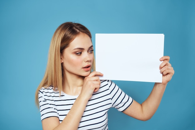 Vrouw met vel papier