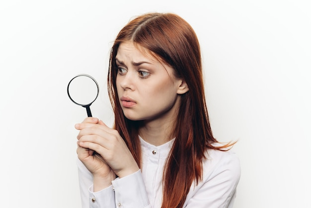 Vrouw met vergrootglas vergrootglas.