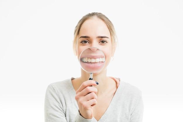 Vrouw met vergrootglas