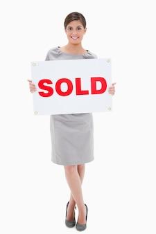 Vrouw met verkocht teken