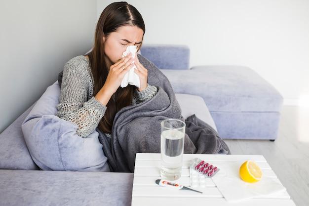 Vrouw met verkoudheid
