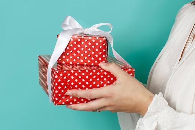 Vrouw met verpakte cadeautjes in handen