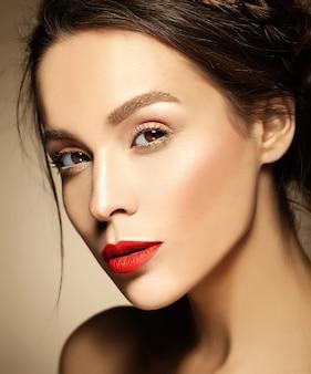 Vrouw met verse dagelijkse make-up en roze lippen