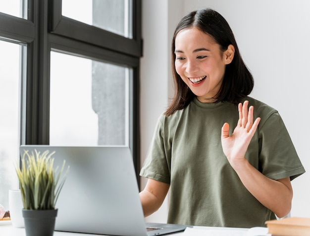 Vrouw met video-oproep op laptop