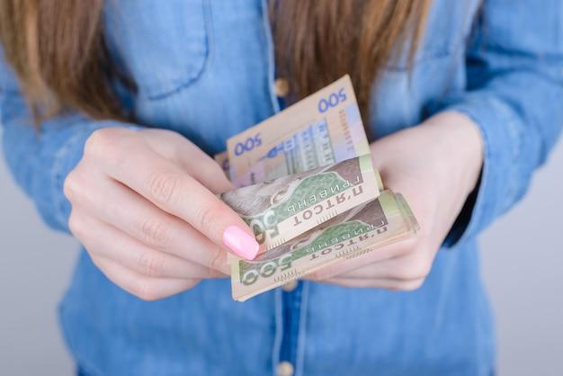 Vrouw met vijfhonderd oekraïense hryvnia-bankbiljetten