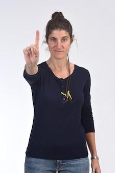 Vrouw met vinger in de vorm van nummer één