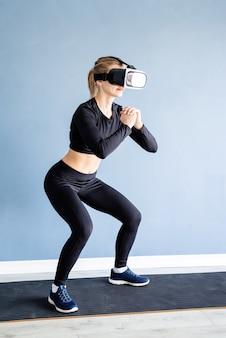 Vrouw met virtual reality-bril gehurkt