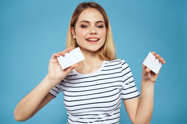 Vrouw met visitekaartje bijgesneden blauwe achtergrond