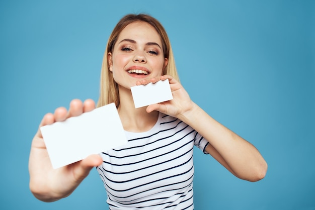 Vrouw met visitekaartje emoties bijgesneden blauwe achtergrond