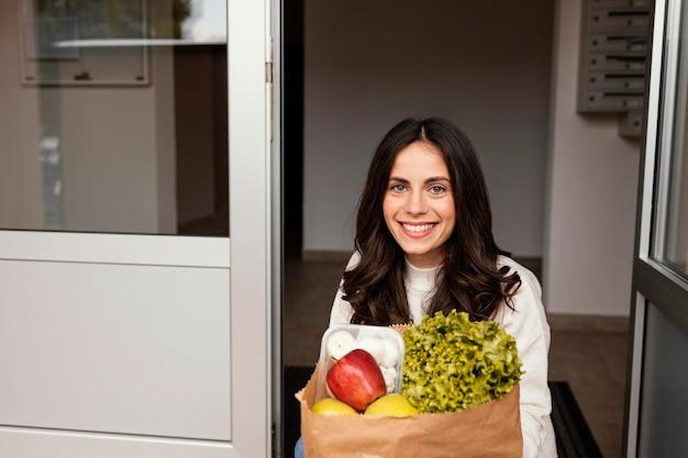 Vrouw met voedselpakket