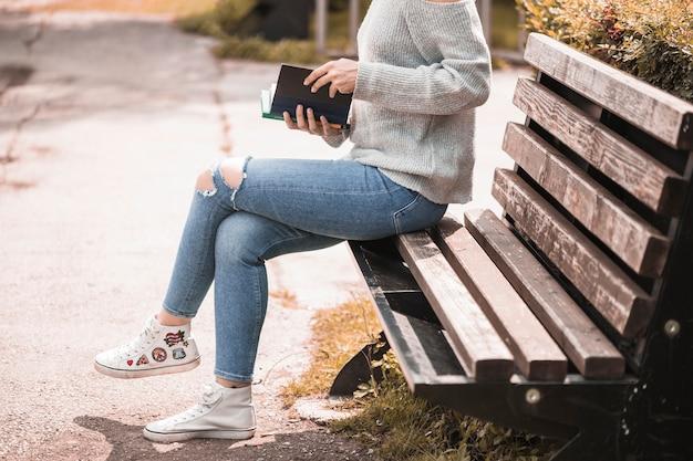 Vrouw met volume en zittend op de bank